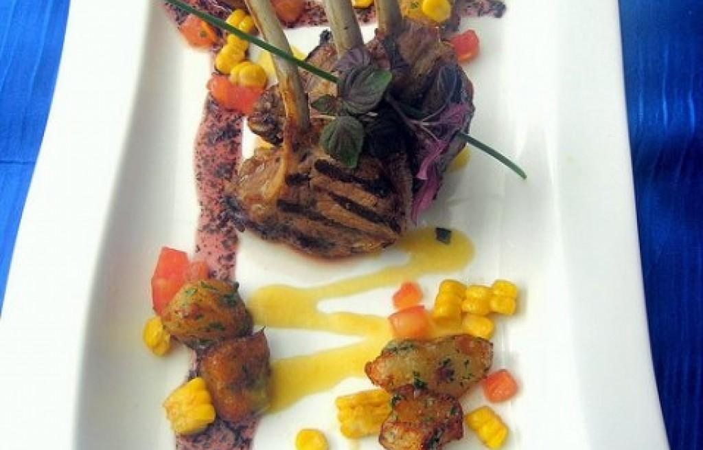 Żeberka z grilla z ziemniakami i kukurydzą
