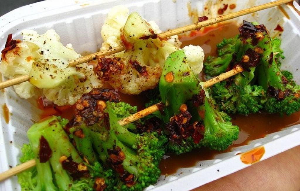Szaszłyk z kalafiora i brokuła w sosie chili