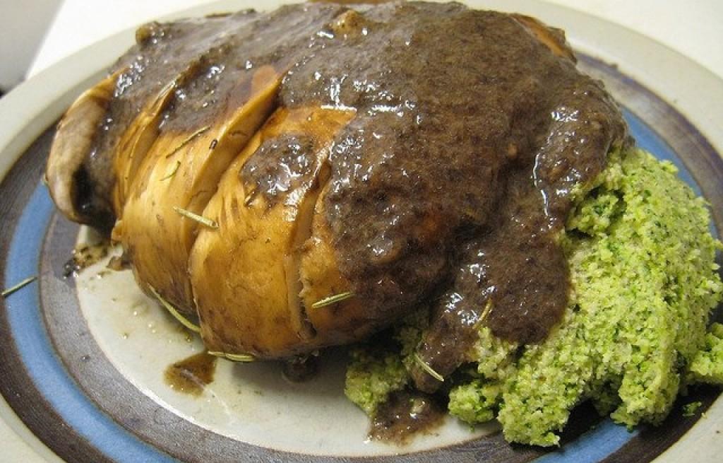 Ziemniaki pieczone z brokułem i sosem grzybowym