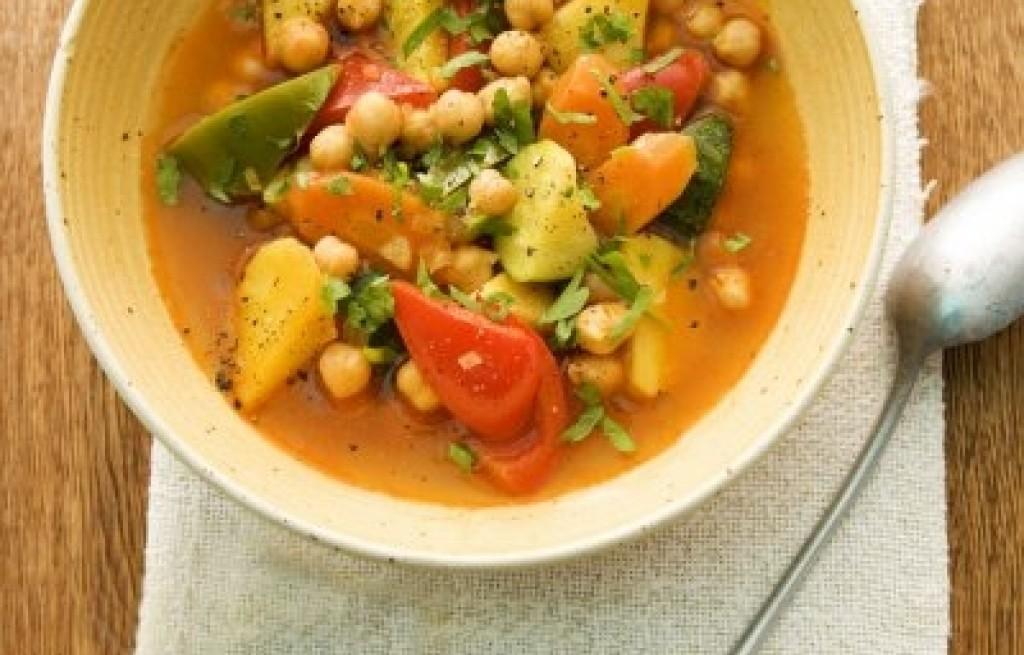 Zupa warzywna z ciecierzycą i kurkumą