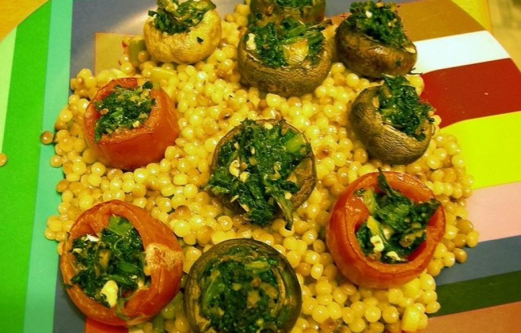 Pomidory z grzybami nadziewane szpinakiem i serem