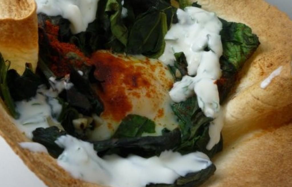 Tortilla z jajkiem, szpinakiem i jogurtem