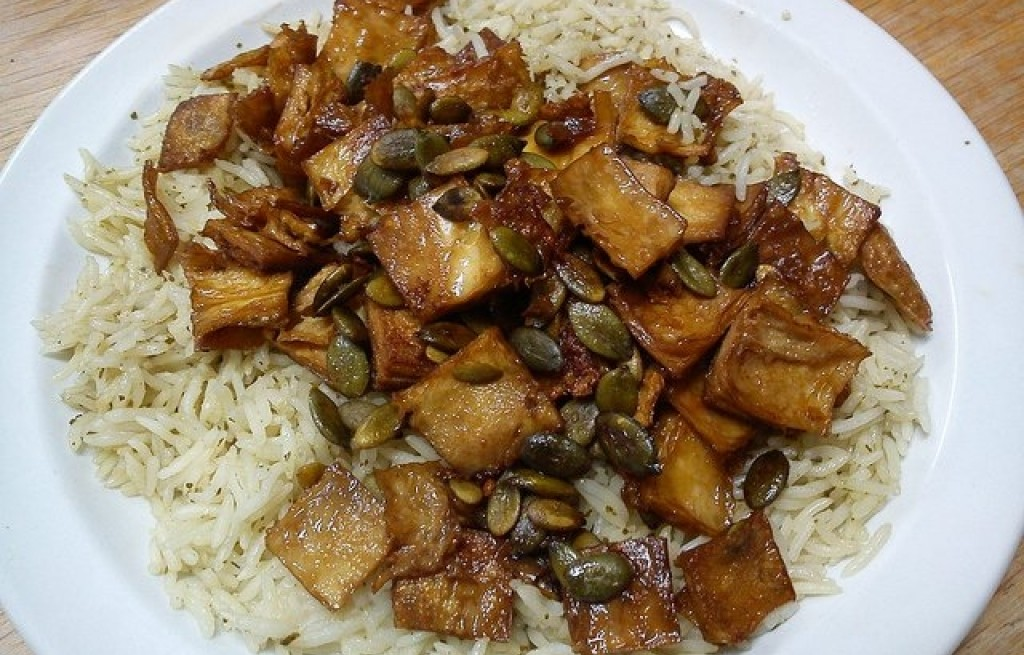 Ryż z bakłażanem, tofu i nasionami dyni