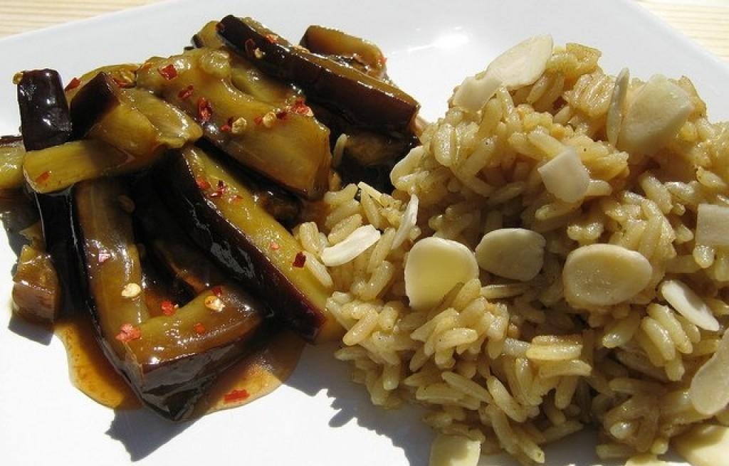 Ryż z czosnkiem i bakłażanem
