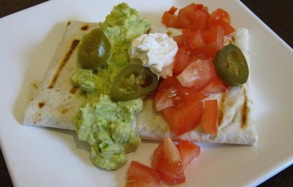 Tortilla z awokado i warzywami