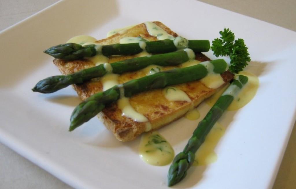 Tofu ze szparagami w sosie holenderskiem