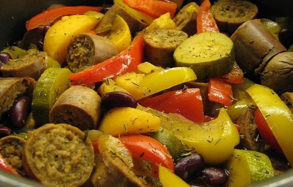 Kiełbasa zapiekana z fasolą i warzywami
