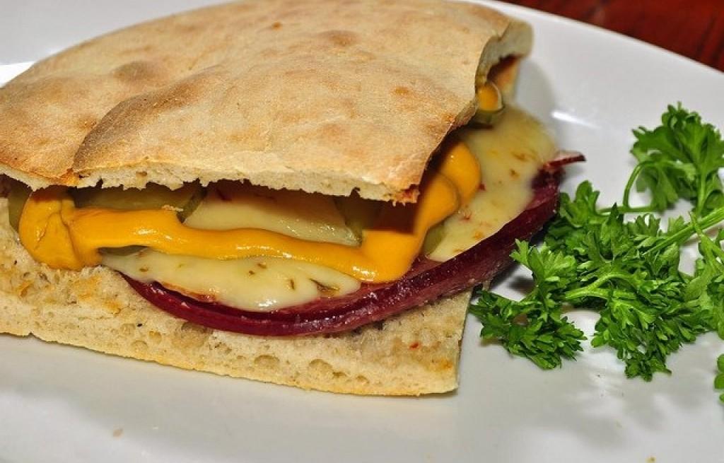 Pita z szynką i serem