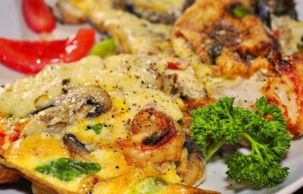 Omlet z krewetkami i pieczarkami