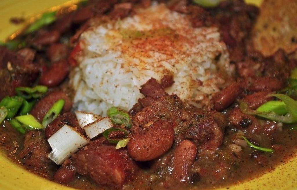 Potrawka z ryżu, kiełbasy i fasoli