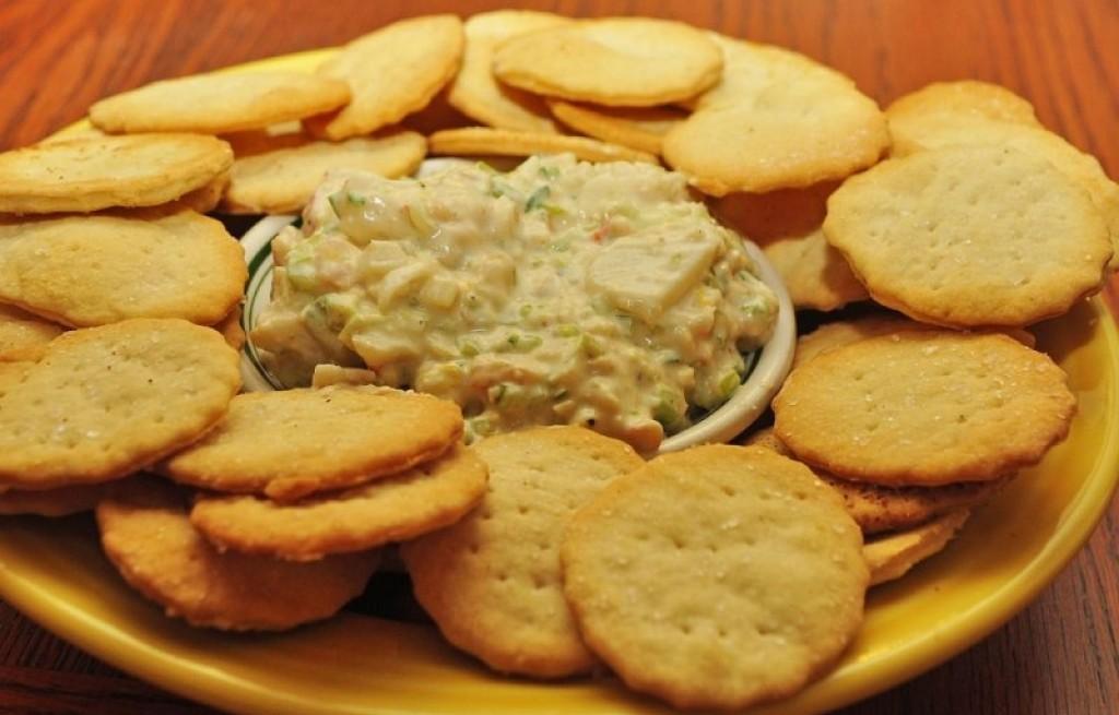 Sałatka warzywna z serem i krakersami