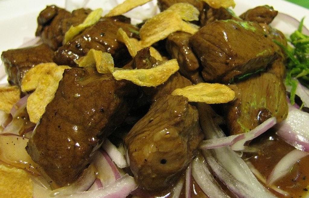 Wołowina z cebulą i płatkami kukurydzianymi
