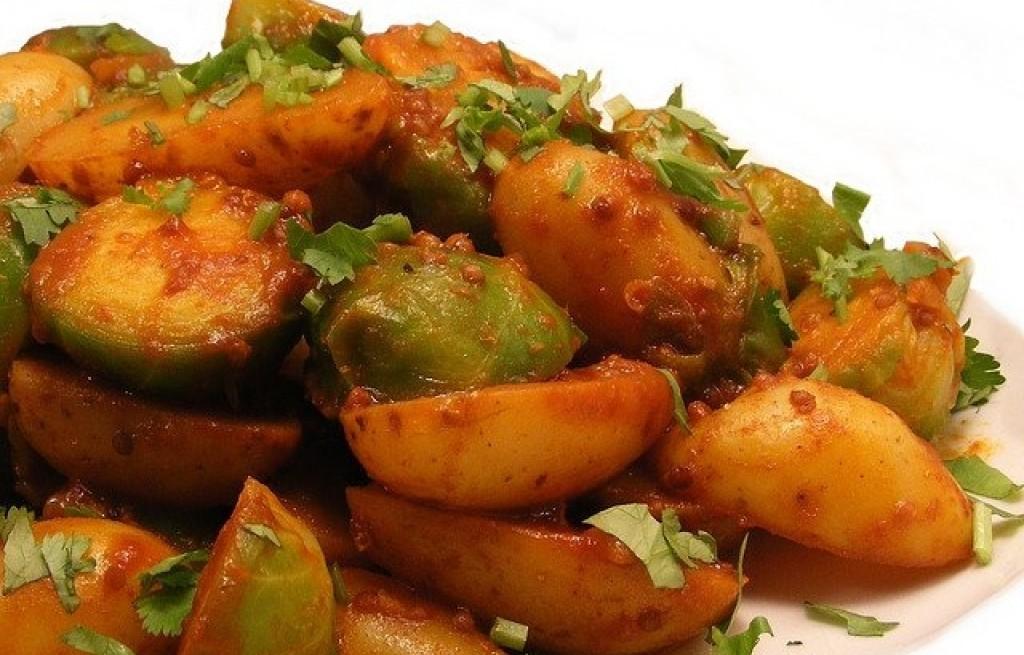 Ziemniaki z brukselką w sosie pomidorowym