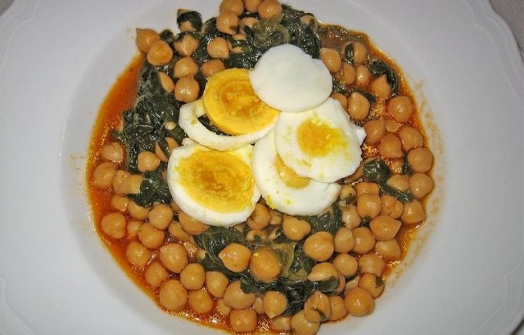 Zupa z ciecierzycy, szpinaku i jajek