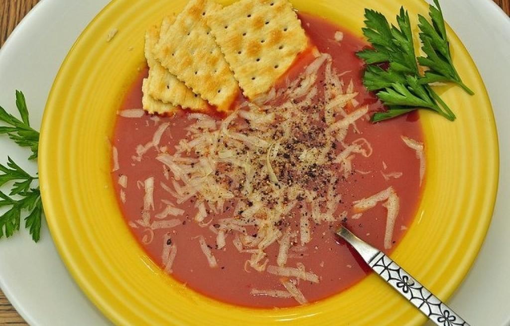 Zupa pomidorowa z serem i krakersami