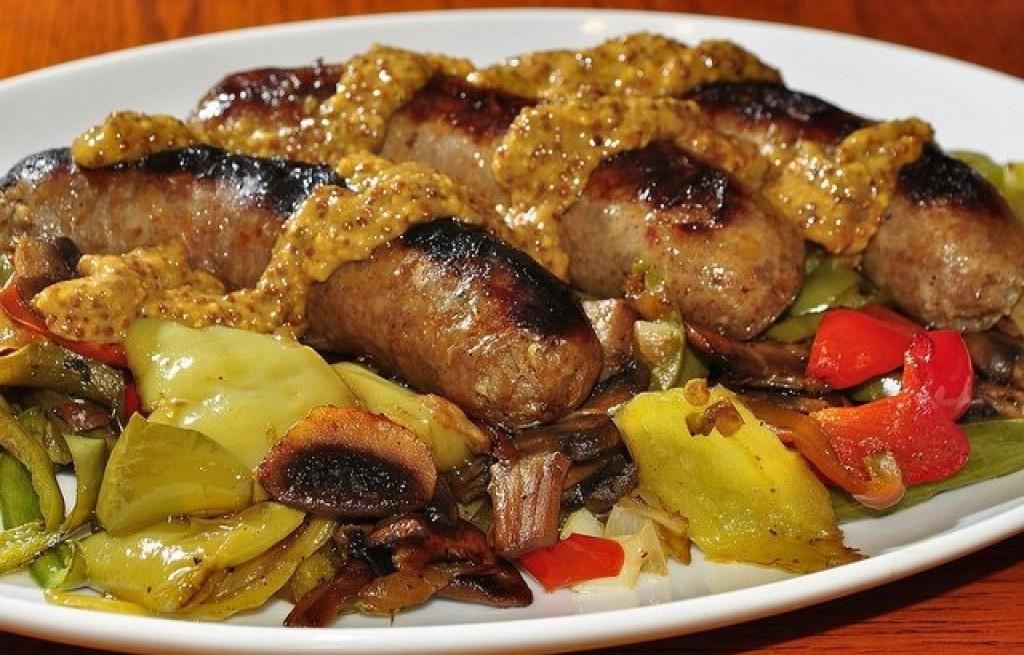 Kiełbasa z grilla z warzywami i grzybami