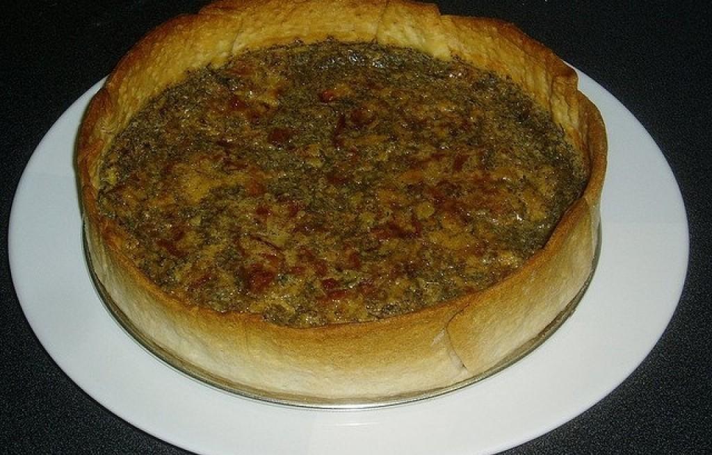 Omlet w chlebie z boczkiem i ziołami