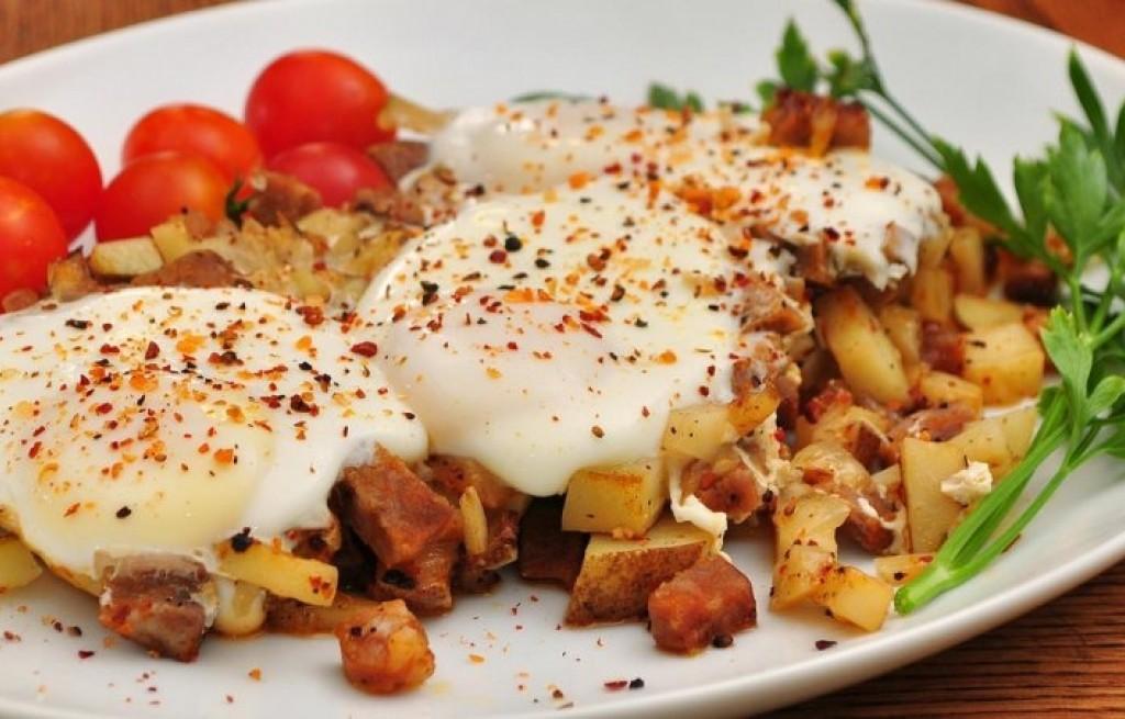 Jajka sadzone z boczkiem i ziemniakami