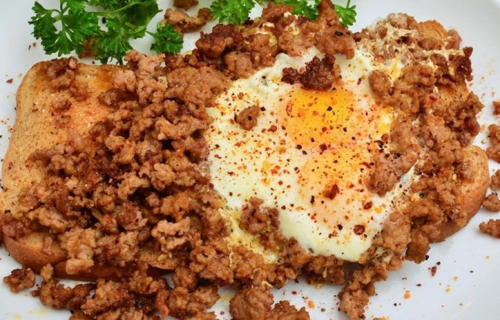 Tosty z jajkiem i kiełbasą