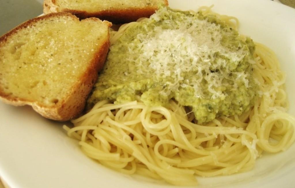 Makaron z chlebem i pastą brokułową