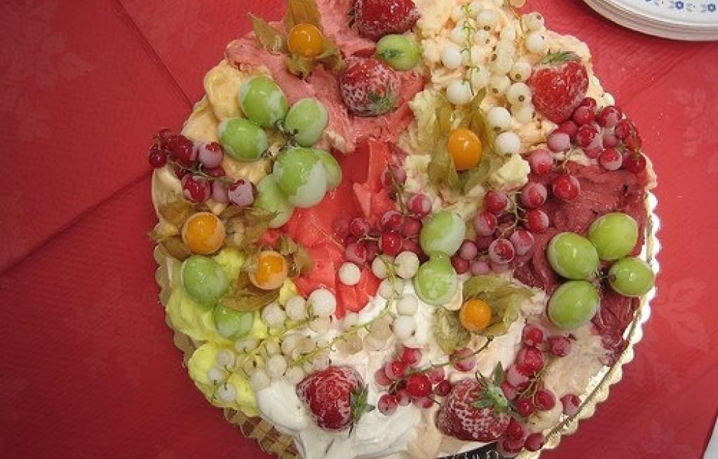 Ciasto z owocami sezonowymi