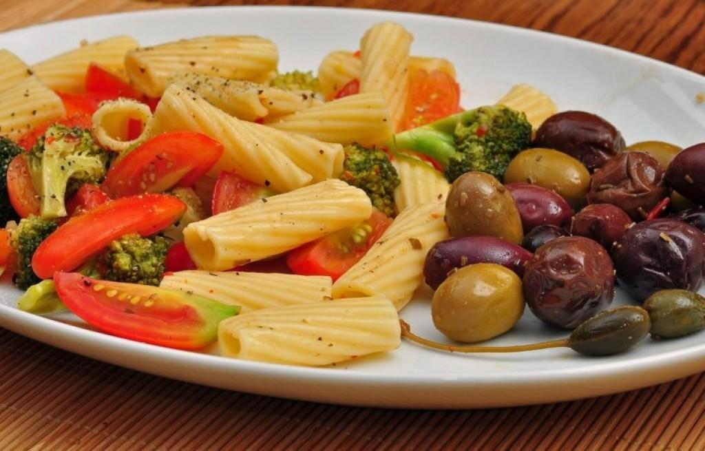 Makaron z warzywami i oliwkami