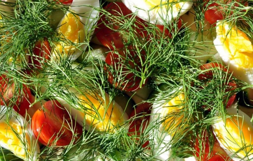 Sałatka rybna z jajkami i warzywami