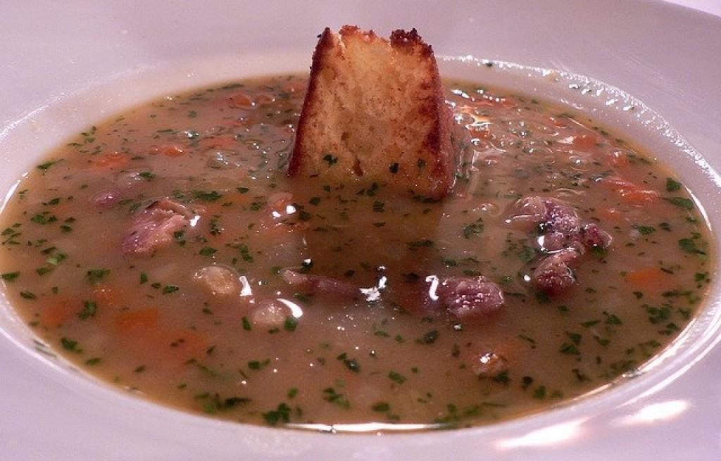 Zupa fasolowa z szynką i chlebem kukurydzianym
