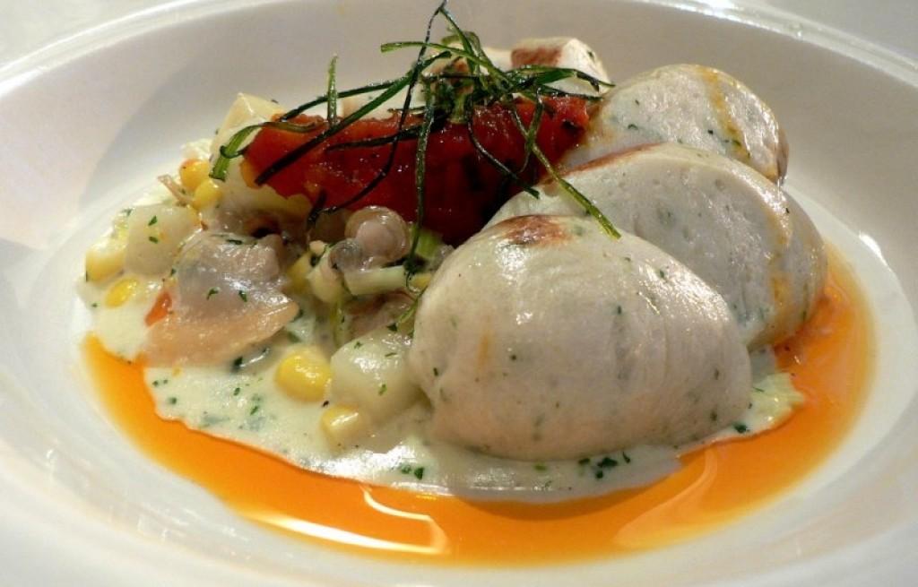 Gulasz warzywny z kiełbasą i łososiem