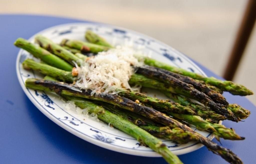 Szparagi grillowane z boczkiem i serem