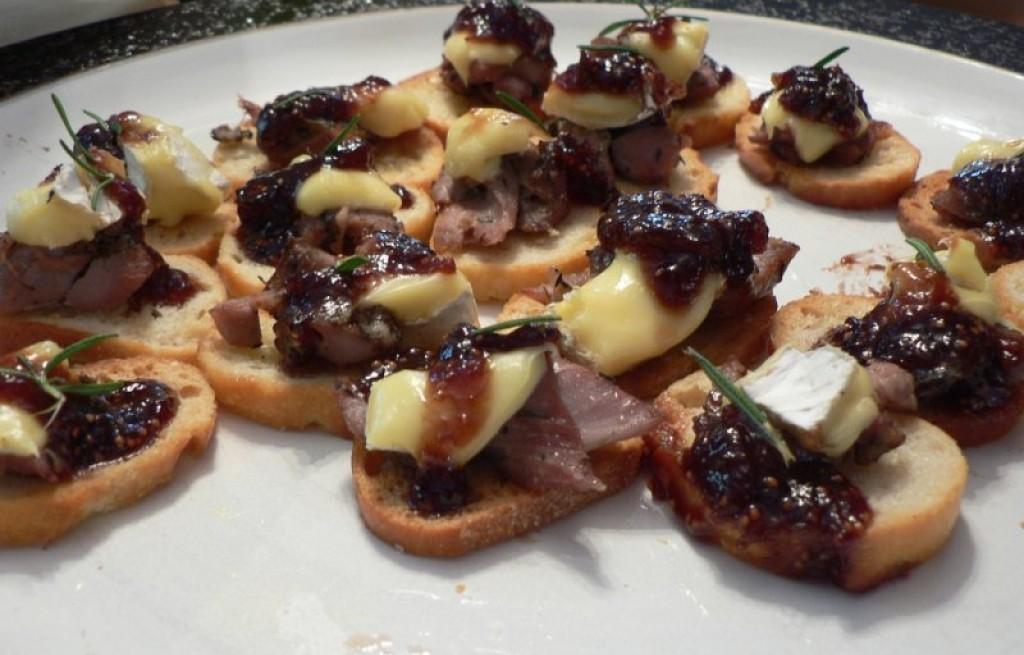 Grzanki z kaczką, serem i dżemem figowym
