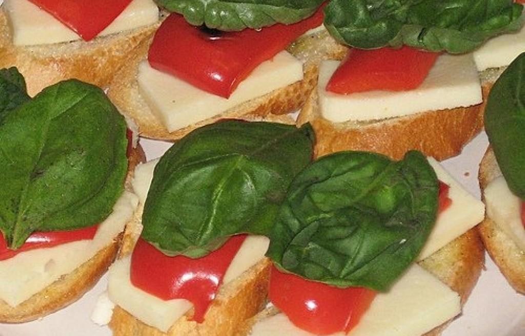 Bruschetta z papryką i bakłażanem
