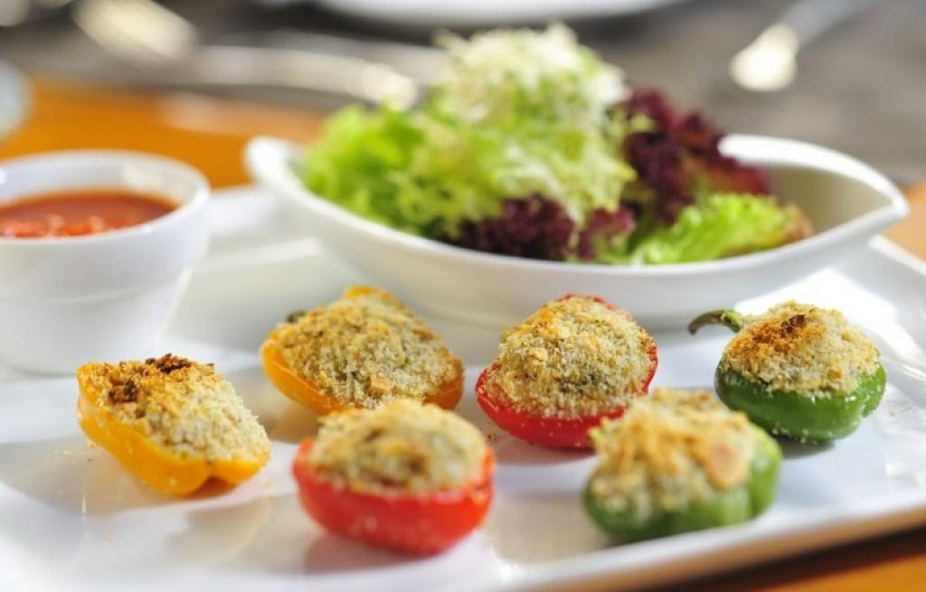 Papryka zapiekana z mięsem, orzechami i sosem