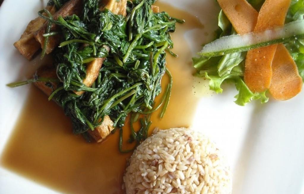 Ryż ze szpinakiem, sosem sojowym i boczkiem
