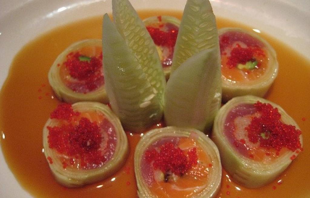 Rolada z ogórków i owoców morza w sosie