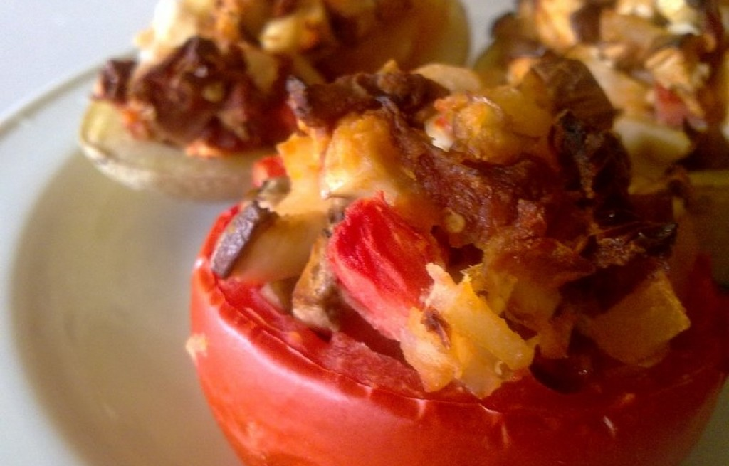 Pomidory z jajkiem, ziemniakami i boczkiem