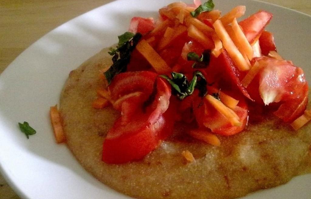 Polenta z boczkiem i warzywami