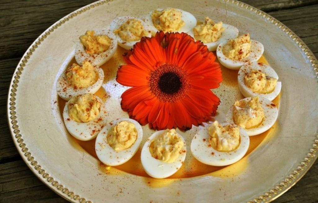 Jajka z parmezanem, rzodkiewką i sosem sojowym