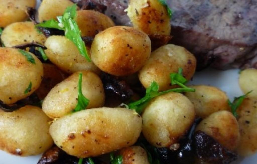 Stek z gnocchi i cebulą karmelizowaną