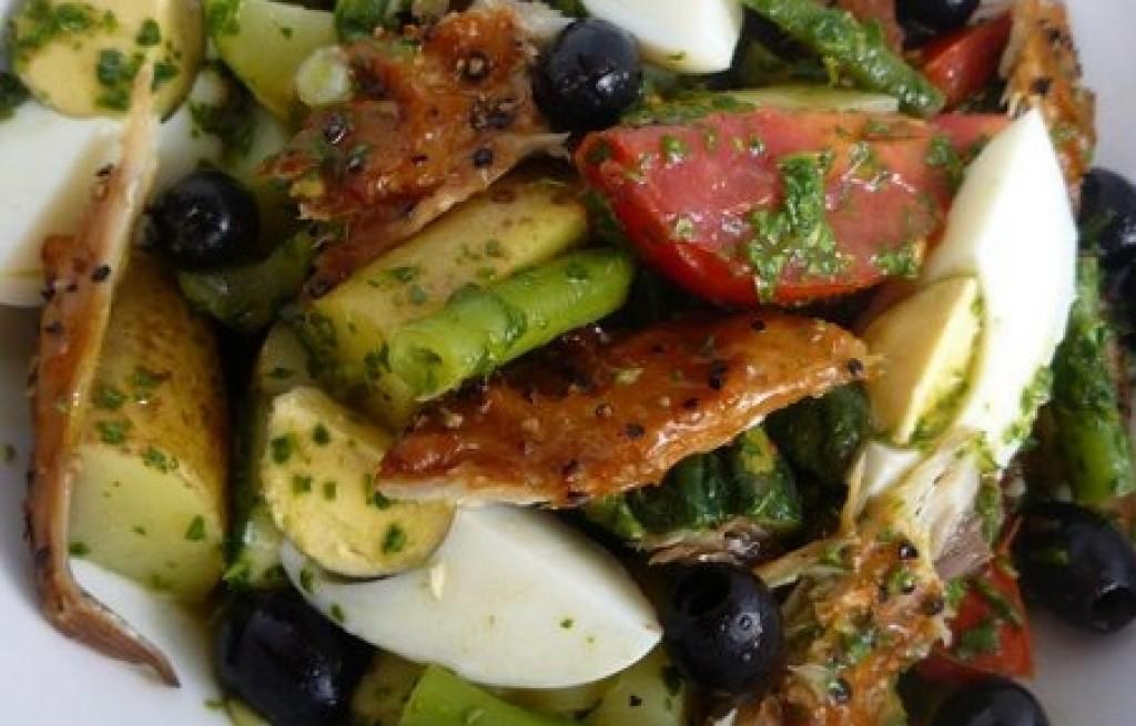 Kurczak w warzywami, jajkiem i oliwkami