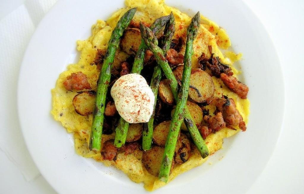 Omlet z ziemniakami, szparagami i serem