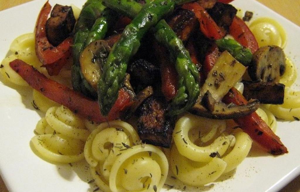 Uszka z grillowanymi warzywami, tofu i grzybami