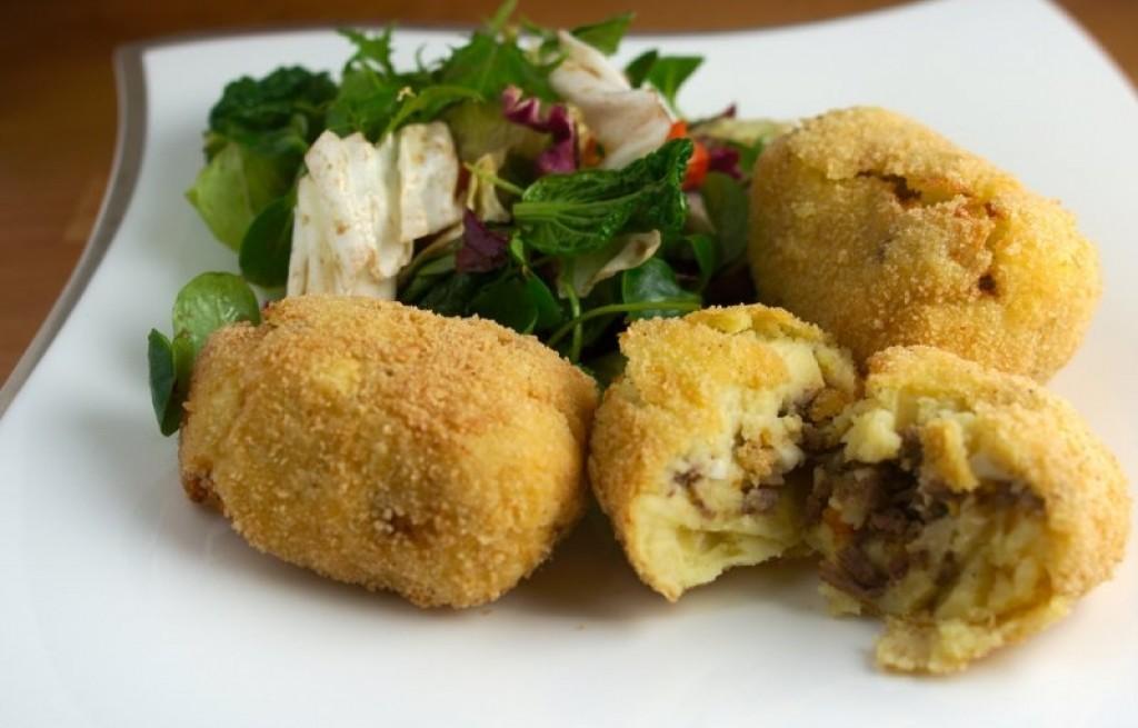 Ziemniaki nadziewane mięsem, jajkiem i rodzynkami