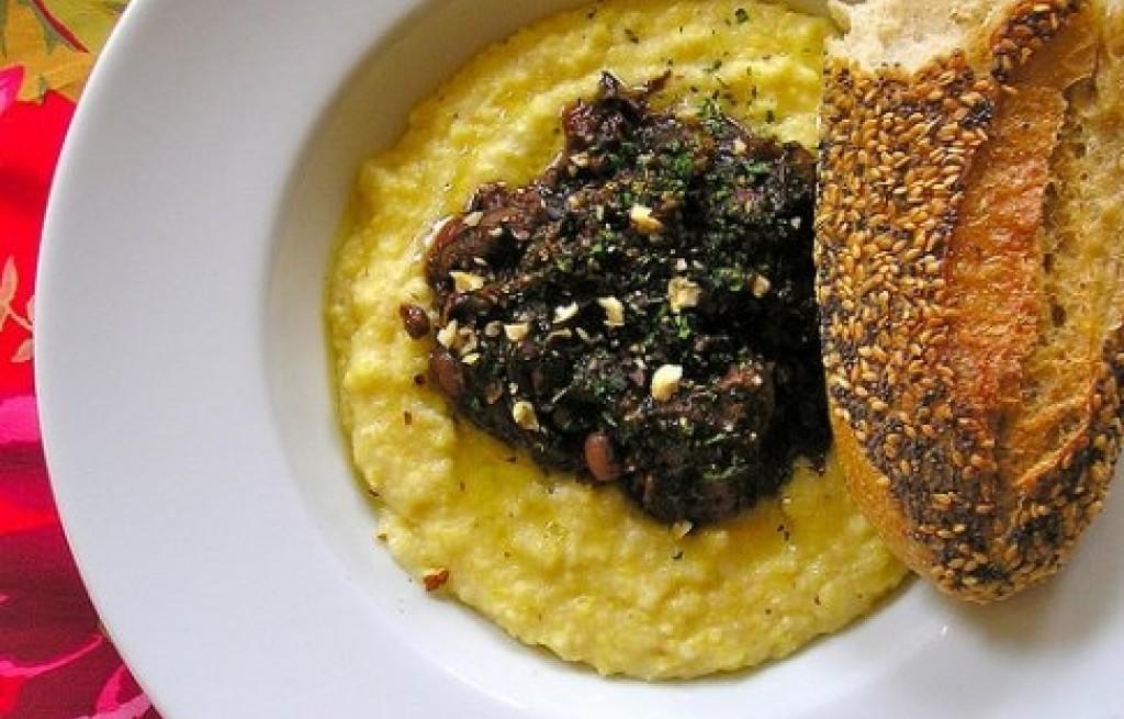 Łopatka wieprzowa z polentą i grzybami