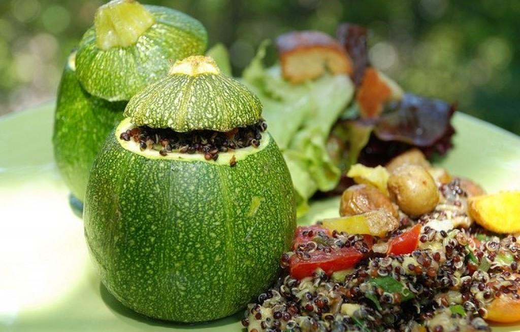 Cukinia nadziewana warzywami i kiełkami