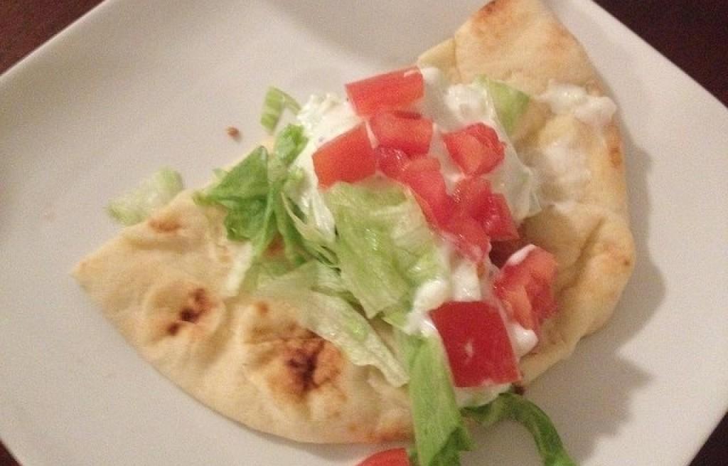 Pita z serem, warzywami i sosem czosnkowym