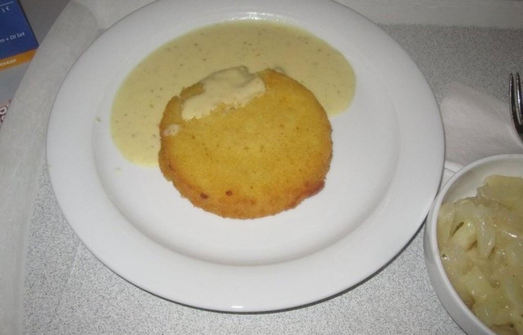 Kotlety kalafiorowo-ziemniaczane w sosie serowym