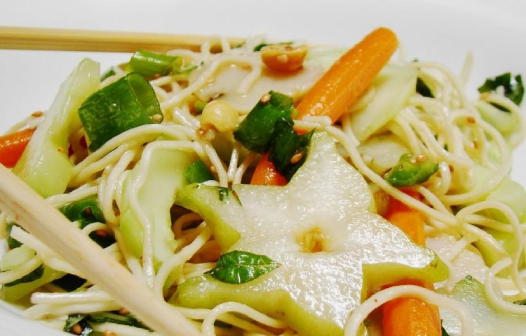 Makaron z warzywami i karambolą