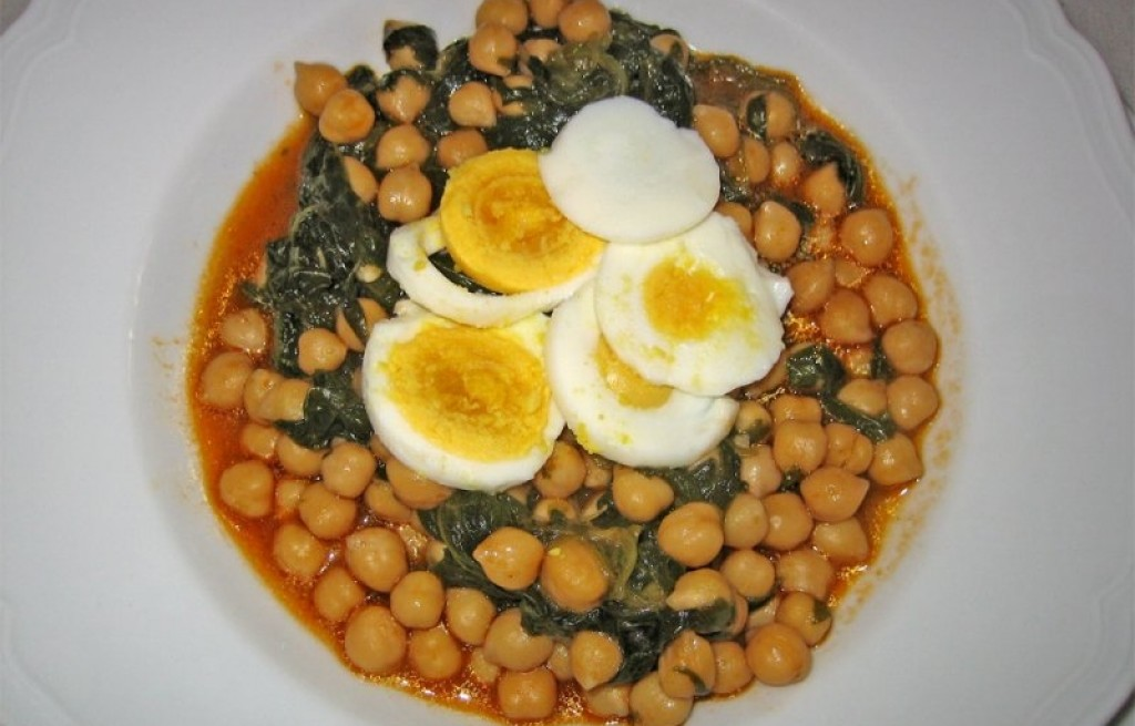 Zupa z ciecierzycą, jajkami i szpinakiem
