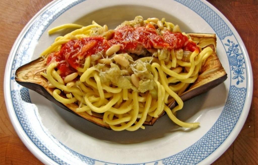 Bakłażan zapiekany ze spaghetti i orzeszkami